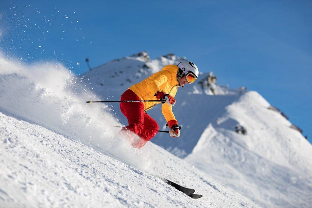 skieur en combinaison de ski