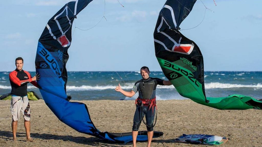 deux personnes faisant du kitesurf