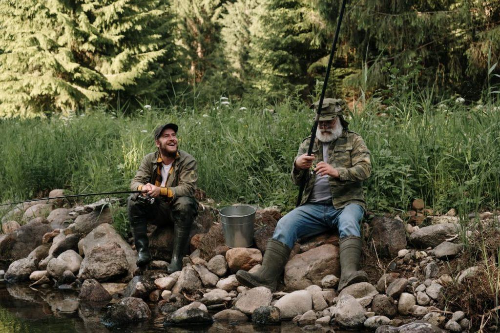 pêcheurs en train de pêcher à la canne à pêche